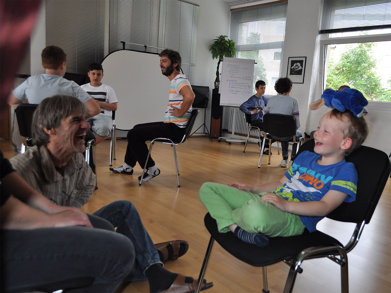 Eine Kinder-Gruppe mit viel Spaß während der Stottertherapie von Stop Stottern