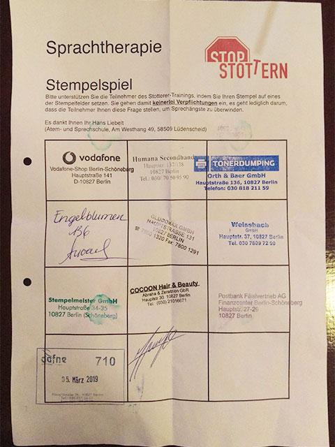 Der Stop Stottern Stempelzettel: Ein Zettel mit Stempeln verschiedener Geschäfte in Berlin.