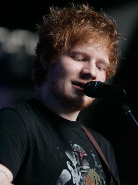 Auch der moderne Sänger Ed Sheeran stotterte.