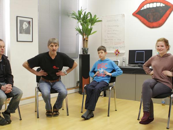 Eine gemischte Gruppe übt die Flankenatmung bei der Stottertherapie
