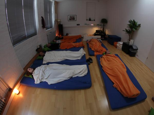Eine Meditations-Gruppe ist völlig entspannt während der Stottertherapie von Stop Stottern