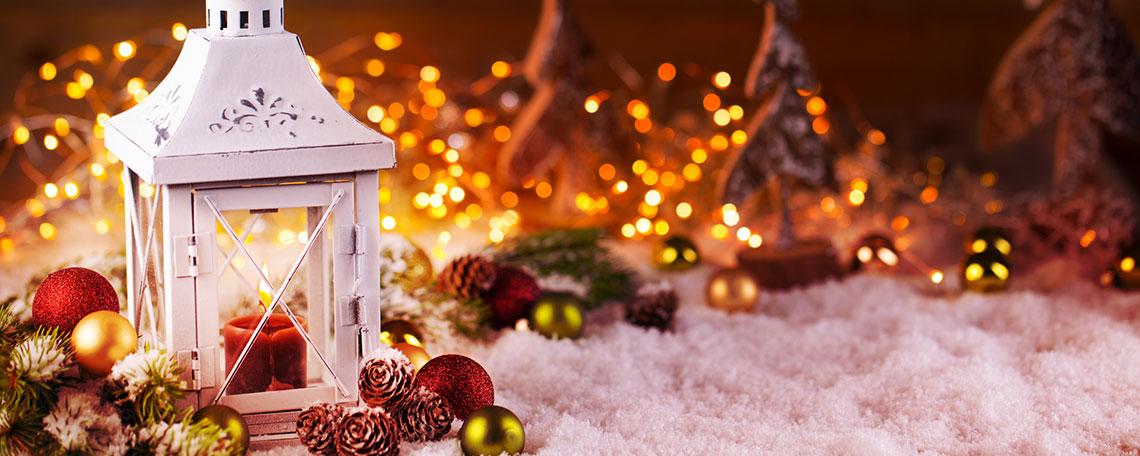Eine Laterne mit weihnachtlicher Dekoration